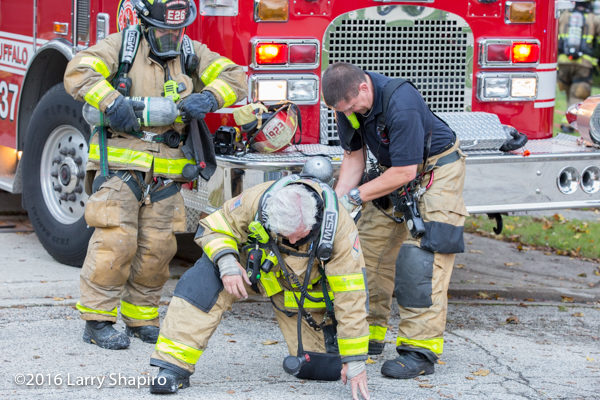 firefighters swap SCBA bottle at scene