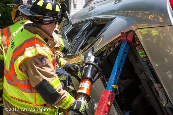 Holmatro tools cut trapped people from car « chicagoareafire com