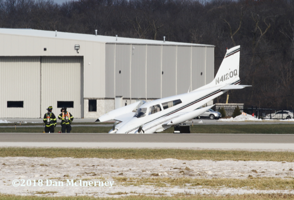 Cessna 310 after landing with unlocked front nose gear