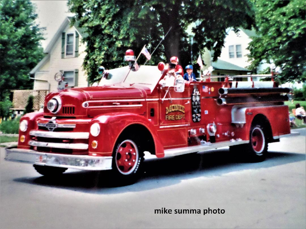 Monee FPD 1950's open cab Seagrave engin