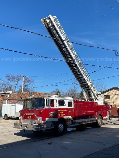 1982 MACK CF611FA/106' LTI Bulldog aerial quint for sale